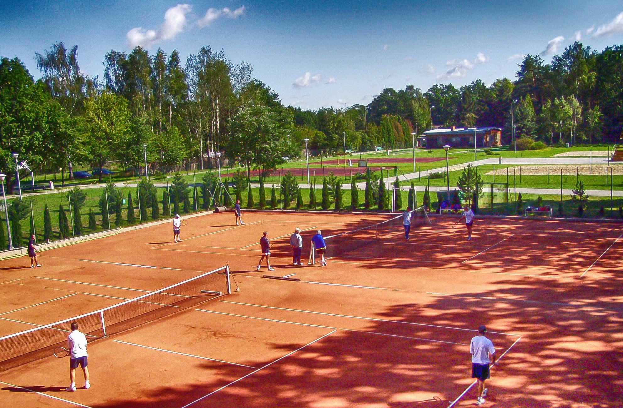 Widok na ceglane krty do tenisa