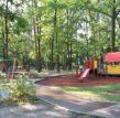 plac zabaw - widok na huśtawki i zjeżdżalnię