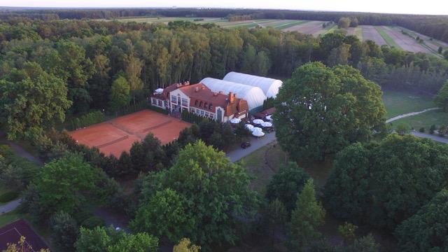 widok ogólny na budynek pawilonu rekreacyjno-sportowego wykonane z lotu ptaka