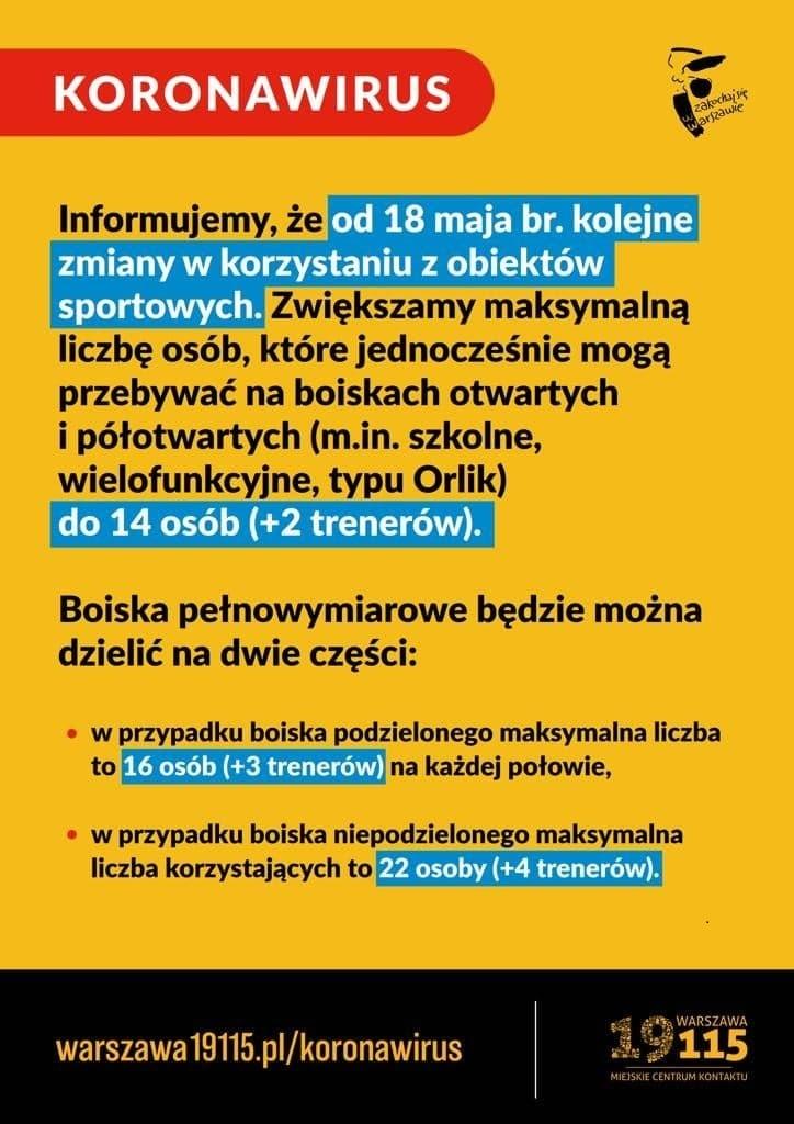 Plakat informujący o zwiększeniu dopuszczalnej liczby uzytkowników boisk do 14 osób.