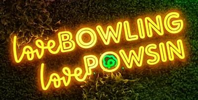 zdjęcie pokazujące świecący neon o treści love bowling love powsin