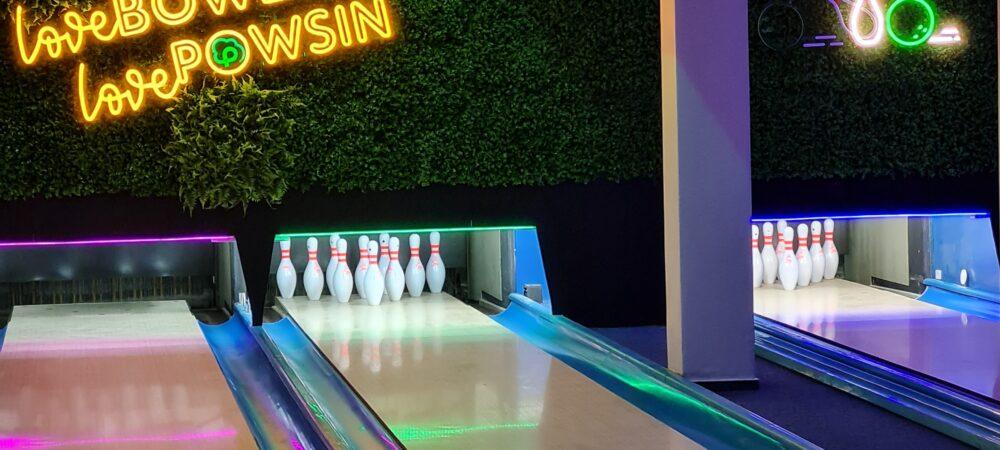 zdjęcie torów do kregielni oraz ściany tylnej z neonem love bowling love powsin