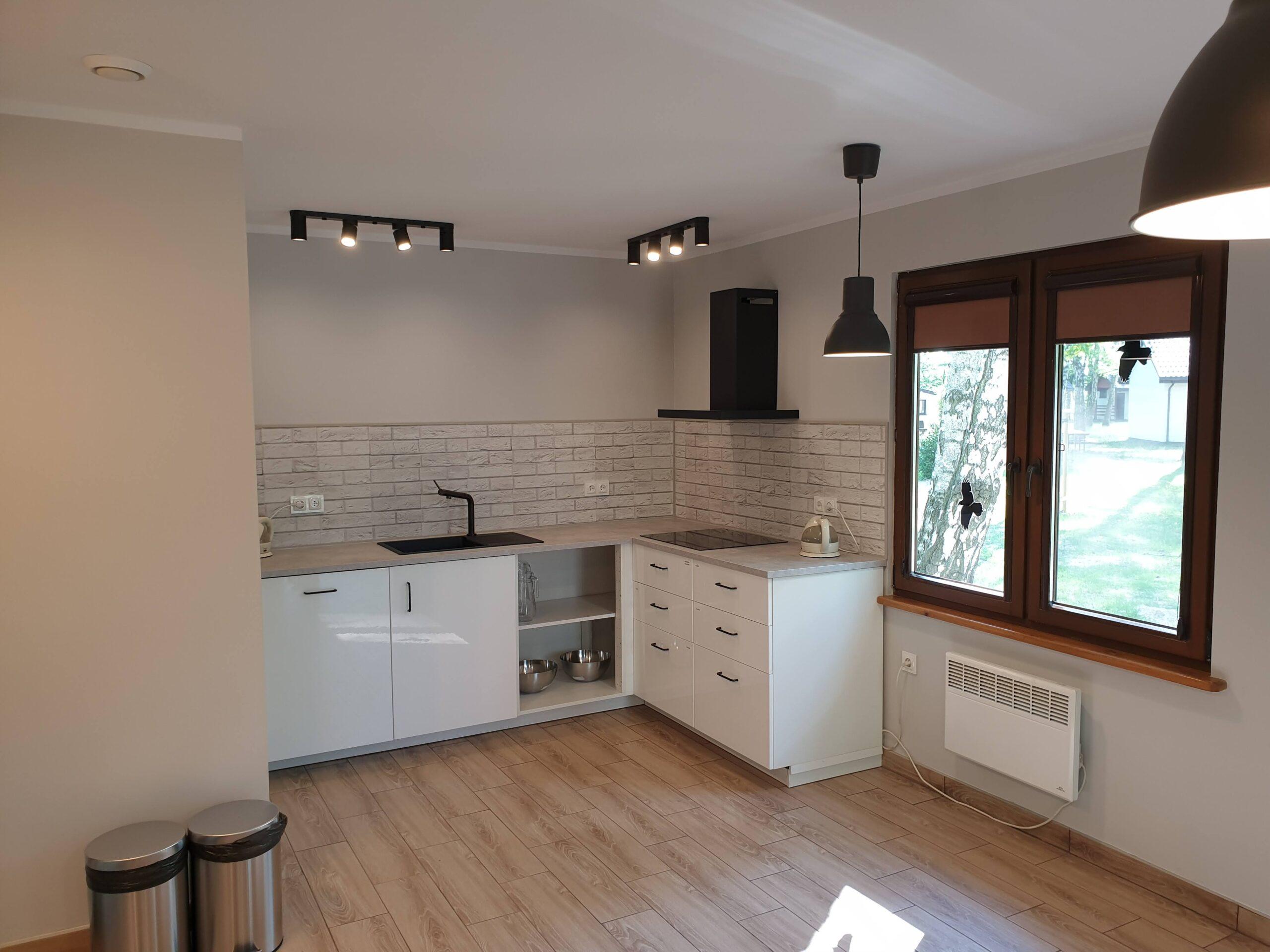 zdjęcie obrazujące wnętrze kuchni - stnowisko robocze narożne ze zlewem i płytą indukcyjną